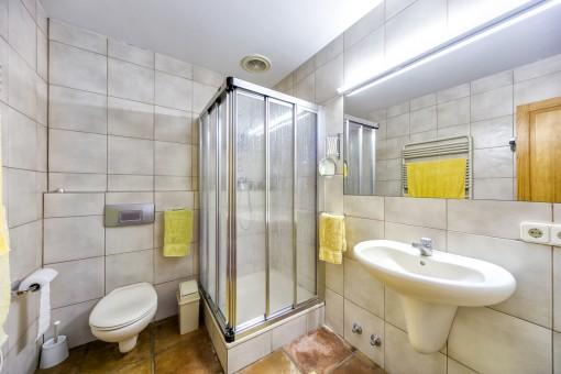 Geräumiges Duschbadezimmer