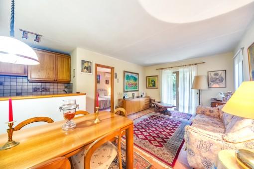 Wohn- und Essbereich mit voll ausgestatteter Küche in einem der Apartments