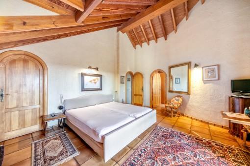 Gemütliches Hauptschlafzimmer mit Badezimmer en Suite und Ankleide