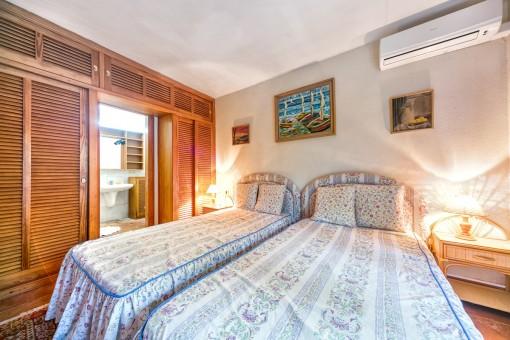 Eines von 9 Schlafzimmer mit Badezimmer en Suite