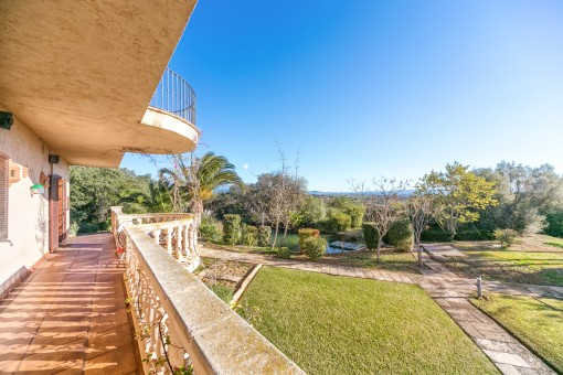 Die Villa bietet mehrere Terrasse und einen wunderschönen Garten mit einer herrlichen Aussicht