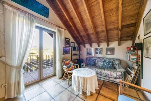 Entspannungsbereich mit Zugang zu einem kleinen Balkon