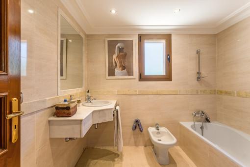 Eines von 8 en Suite Badezimmern