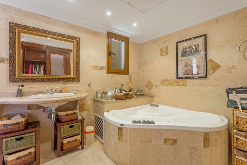 Hauptbadezimmer mit großer Hydro-Massage Badewanne