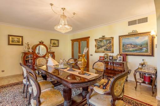 Essbereich mit antiken Möbeln