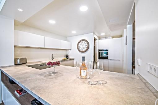 Die luxuriöse Kücheist mit guten Geräten ausgestattet