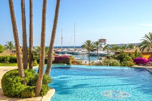 Mediterraner Poolbereich mit fantastischen Blick auf den Hafen von Puerto Portals
