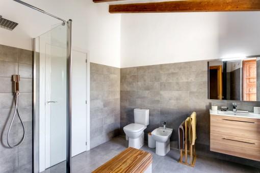 Wunderschönes Badezimmer mit Dusche und Waschbecken
