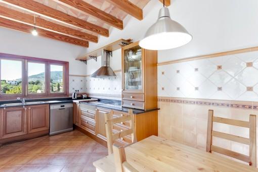 Fantastische Küche mit großen Fenstern und Weitblick