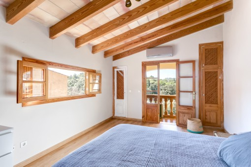 Lichtdurchflutetes Schlafzimmer mit Balkon