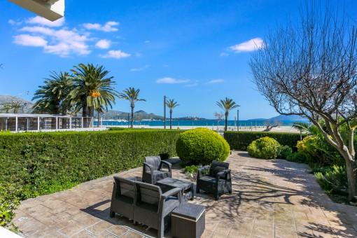 Traumhafter, grüner Gartenbereich mit Strandzugang
