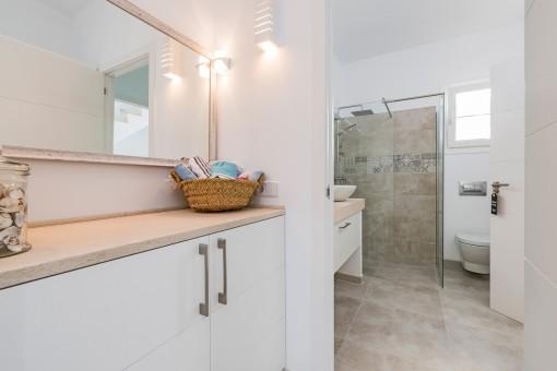 Ankleidebereich mit Blick ins Badezimmer
