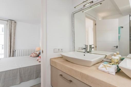 Blick vom Badezimmer ins Schlafzimmer