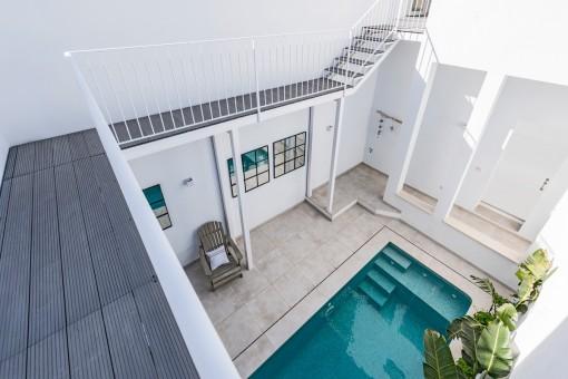 Blick vom oberen Balkon in den herrlichen Patio mit Pool