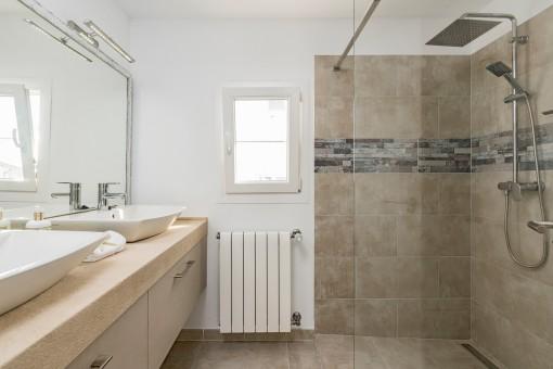 Badezimmer en Suite mit ebenerdiger Dusche