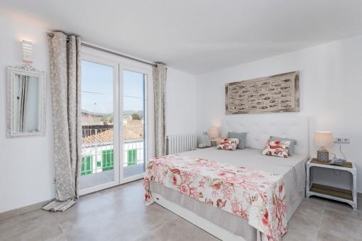 Gemütliches Doppelschlafzimmer mit Zugang zum Balkon
