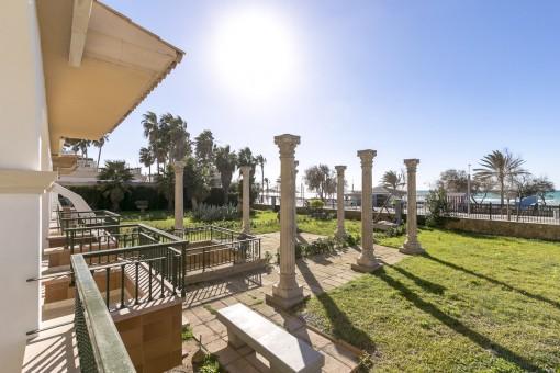 Unmöblierte Erdgeschosswohnung mit Terrasse und Garten in erster Meereslinie