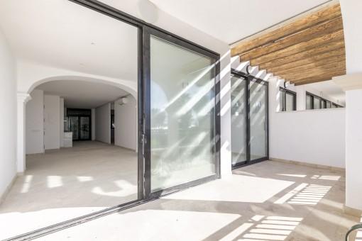 Helles Erstbezug Erdgeschoss-Apartment mit Sonnenterrasse in erster Meereslinie in Ciudad Jardin
