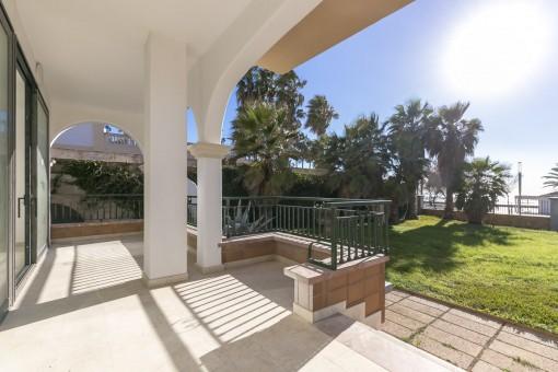 Luxus-Erdgeschoss-Apartment mit Terrasse und Garten in erster Meereslinie