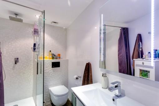 Wunderschönes Badezimmmer mit Dusche und Waschbecken