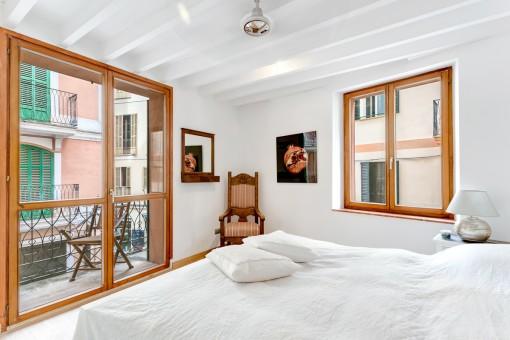 Konfortables Schlafzimmer mit Holzfenstern und Doppelverglasung