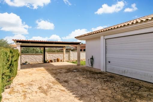 Die Villa verfügt über eine Doppelgarage und einen Carport