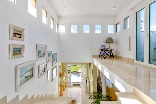 Helle Galerie mit Zugang zum Balkon