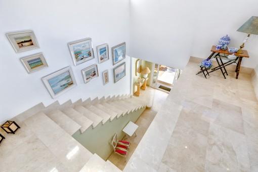 Beeindruckende Treppe zum Obergeschoss
