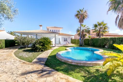 Wundervoller und mediterraner Außenbereich mit Pool