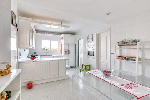 Große Küche mit Essbereich und Speisekammer