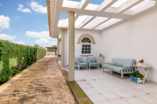 Teilweise überdachte Terrasse mit Sitzbereich