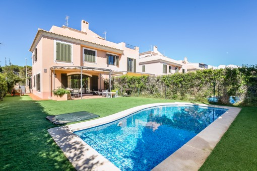 Charmante Doppelhaushälfte in gepflegter Anlage mit eigenem Pool in Puig de Ros