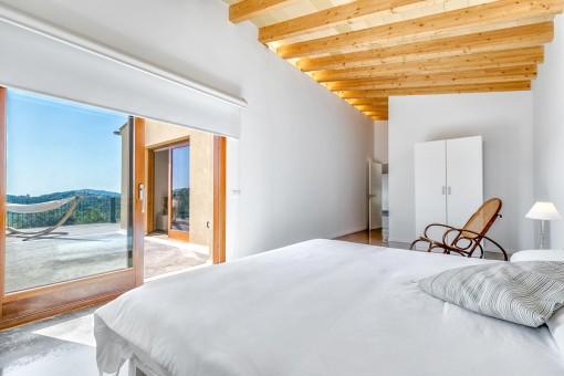 Großes Hauptschlafzimmer mit Zugang zum Balkon