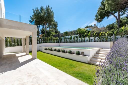 Der erhöhte Swimmingpool im Garten