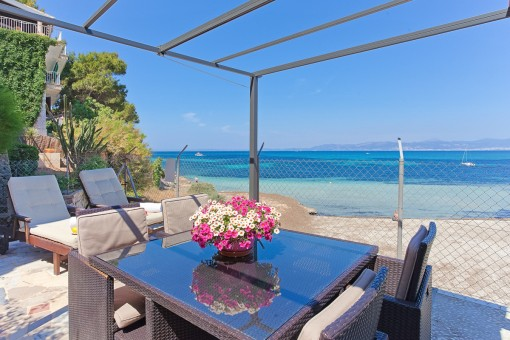Priviligierte Villa am Strand mit seperatem Apartment in  Son Veri Nou