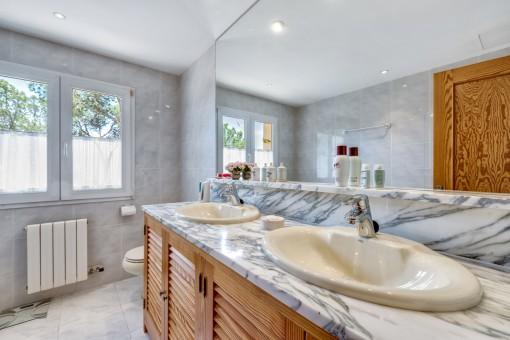Eines von 3 Badezimmern mit Heizung