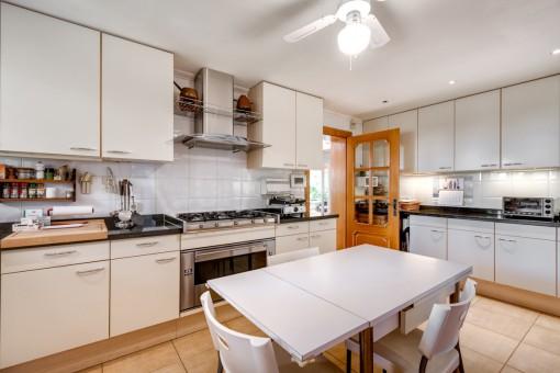 Große Küche mit Frühstückstisch