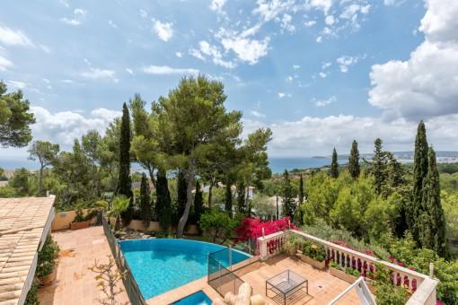 Die Villa bietet einen beeindruckenden Panoramameerblick