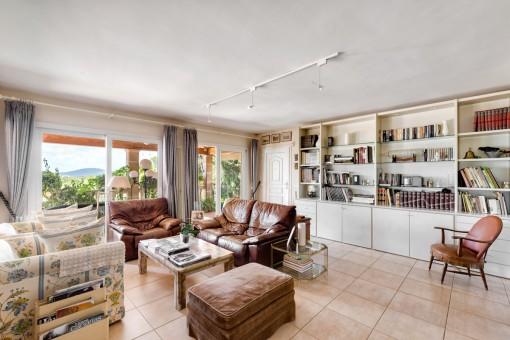 Der großzügige Wohnbereich hat einen zweiten Loungebereich