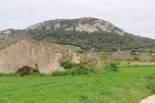 Es befindet sich auch eine kleine Ruine auf dem Grundstück