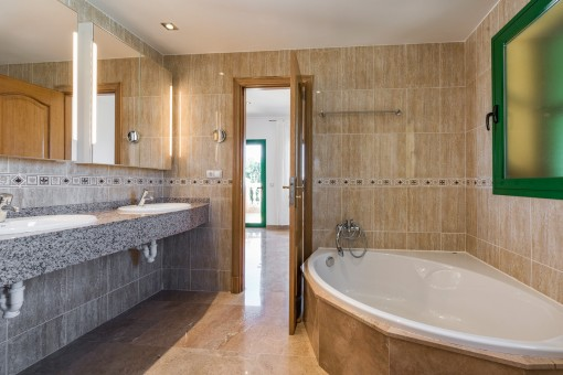 Dieses Badezimmer verfügt über einen Jacuzzi