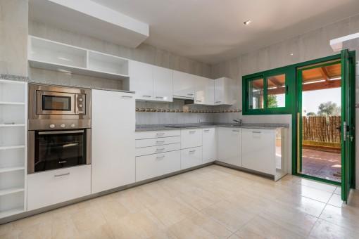 Moderne, voll ausgestattete Küche