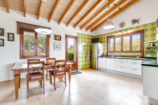 Schöne und voll ausgestattete Küche mit Essbereich