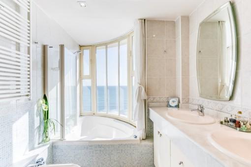 Helles Badezimmer mit Badewanne und Meerblick