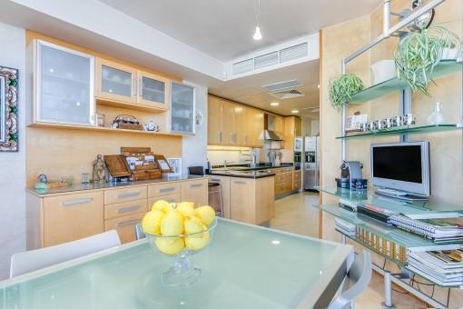 Herrlicher Essbereich in der großen Küche