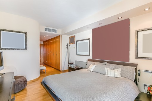 Geräumiges Schlafzimmer mit Ankleidebereich
