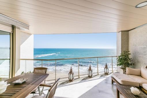 Spektakuläre Terrasse mit Loungebereich und Meerblick