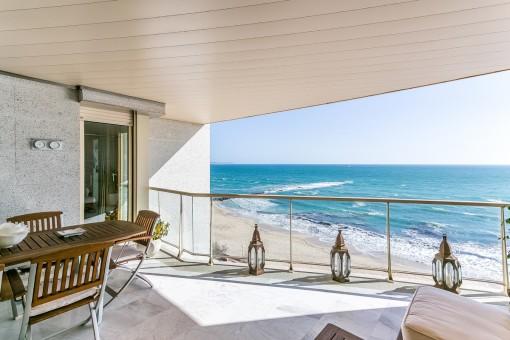 Alternative Ansicht der beeindruckenden Terrasse in erster Meereslinie