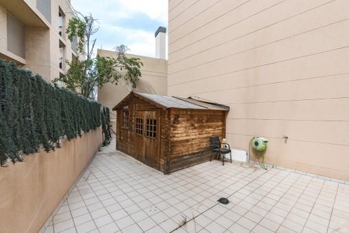 Die 90 qm Terrasse bietet viel Platz