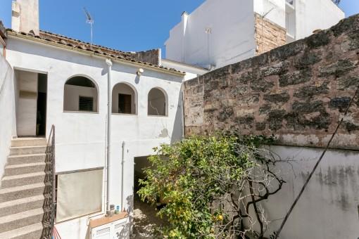 Renovierungsbedürftiges Dorfhaus inmitten der Altstadt von Sa Pobla wenige Meter zum Marktplatz